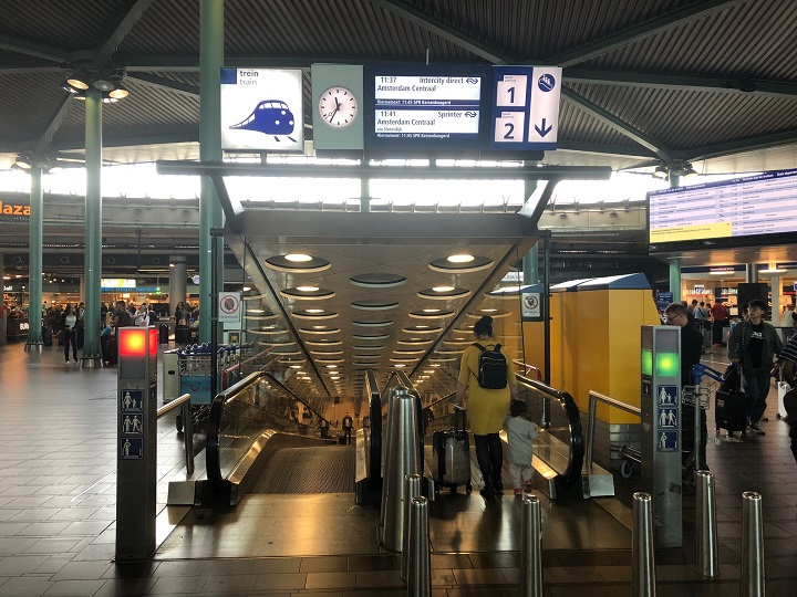 Schiphol to Amsterdam by train, platforms 1 and 2